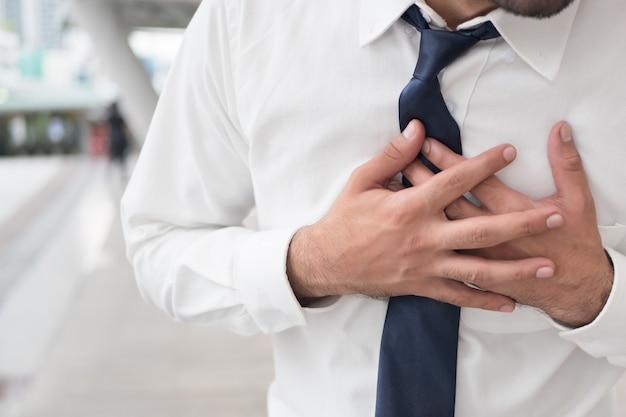 Zieke aziatische man die lijdt aan een hartaanval, aanval