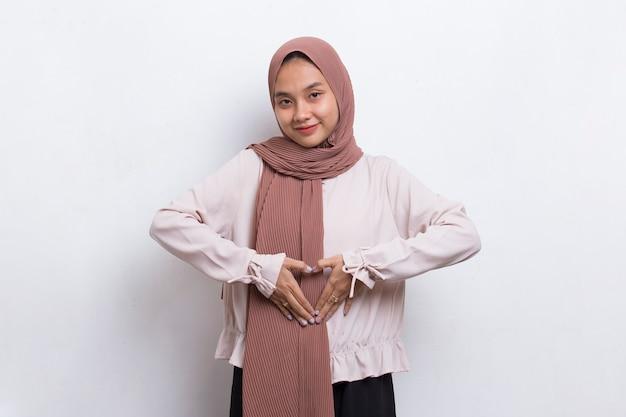 Zieke aziatische mooie jonge moslimvrouw met buikpijn geïsoleerd op een witte achtergrond