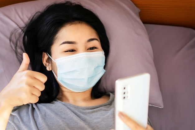 Zieke aziatische vrouw videogesprek met iemand die dreun laat zien