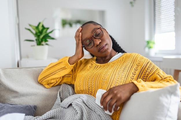 Zieke dag thuis. jonge vrouw heeft loopneus en verkoudheid. hoesten. close-up van mooie jonge vrouw gevangen verkoudheid of griep ziekte. portret van ongezonde vrouw met coronavirus, covid19-symptomen