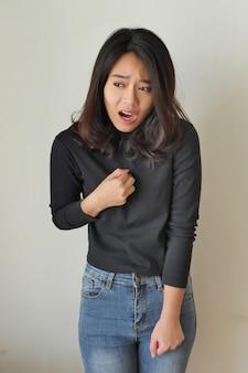 Zieke gestresste vrouw met zure reflux, meisje met symptomen van gerd