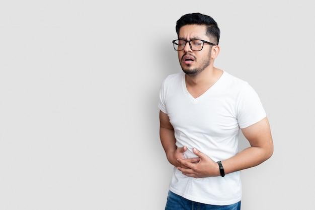 Zieke glazen mannelijke volwassene met pijnlijke buikpijn