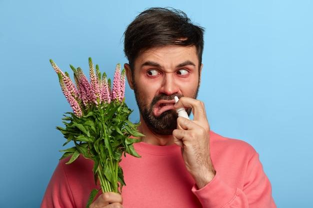 Zieke jonge man die lijdt aan allergie geïsoleerd Gratis Foto