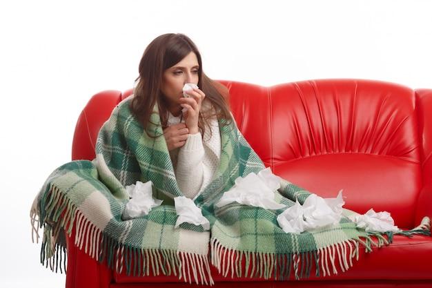 Zieke jonge vrouw met weefsels op de deken
