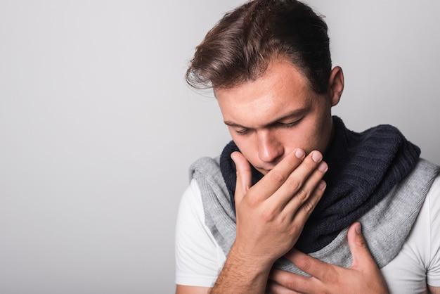 Zieke man die lijdt aan verkoudheid en griep