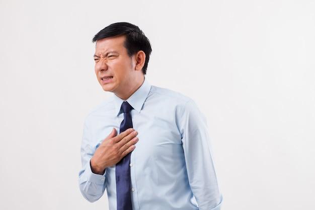 Zieke man die lijdt aan zure reflux, gerd, brandend maagzuur, indigestie