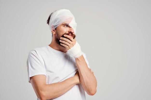 Zieke man hoofdletsel gezondheidsproblemen emoties geïsoleerde achtergrond
