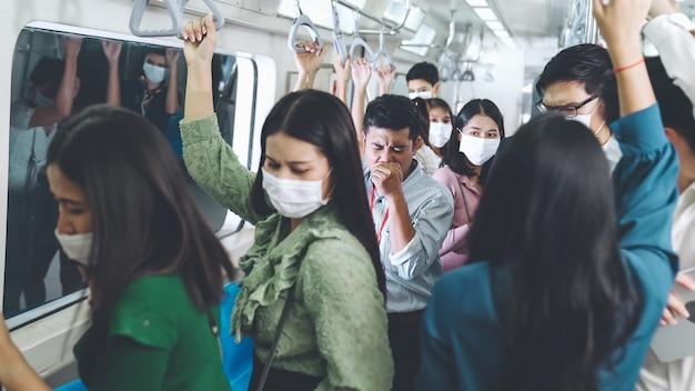 Zieke man in de trein hoest en zorgt ervoor dat andere mensen zich zorgen maken over de verspreiding van het virus
