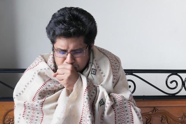 Zieke man lijden griep, niezen en neus snuiten