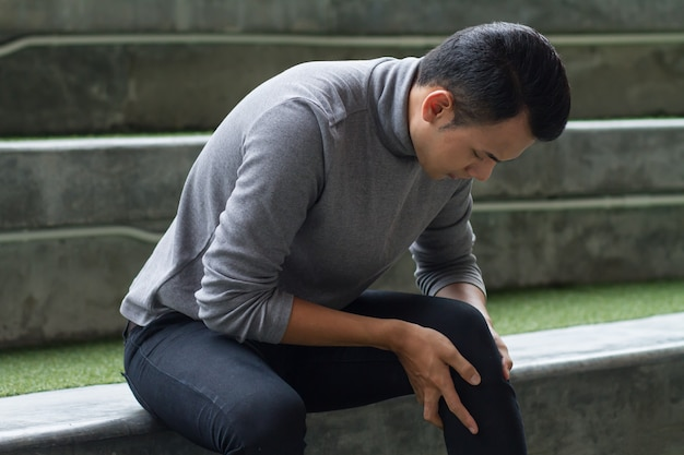 Zieke man lijdt aan kniegewrichtspijn, artrose