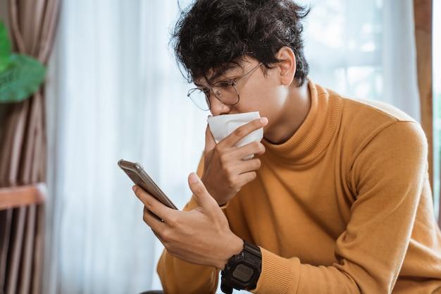 Zieke man met behulp van mobiele telefoon