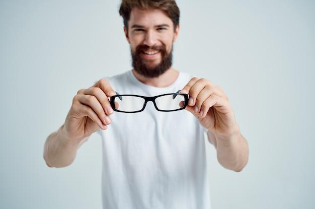 Zieke man met een bril in de hand zichtproblemen close-up