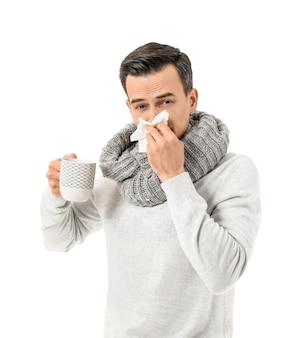 Zieke man met hete thee op wit oppervlak