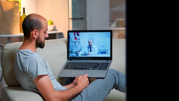 Zieke man met online telemedicine consult tijdens covid