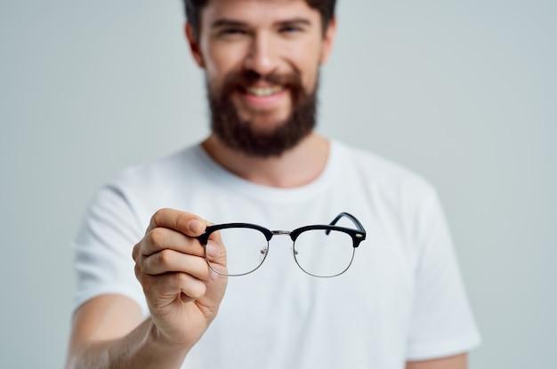 Zieke man met slecht gezichtsvermogen gezondheidsproblemen close-up