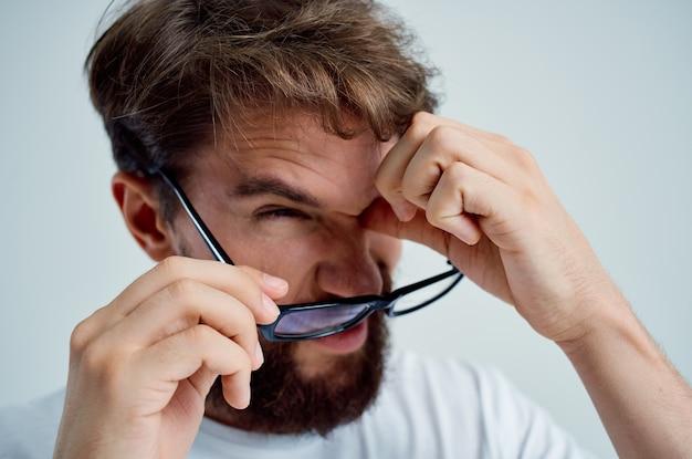 Zieke man met slecht gezichtsvermogen gezondheidsproblemen geïsoleerde achtergrond