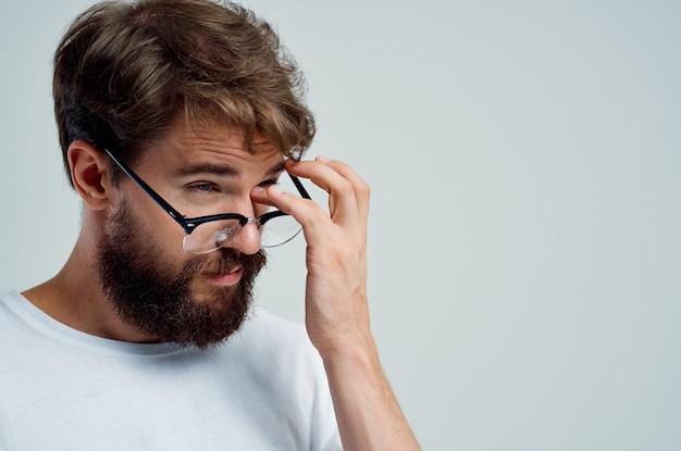 Zieke man met slecht gezichtsvermogen gezondheidsproblemen lichte achtergrond