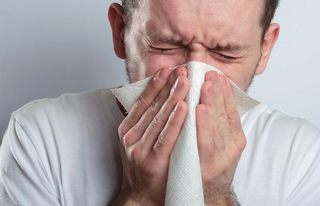 Zieke man niest