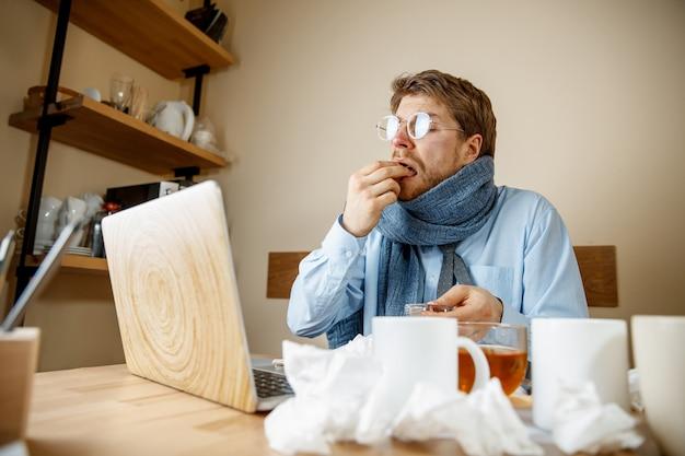Zieke man tijdens het werken op kantoor, zakenman verkouden, seizoensgriep.