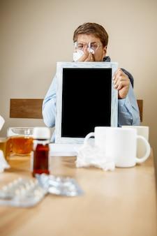 Zieke man tijdens het werken op kantoor
