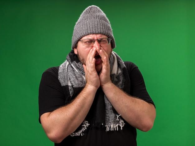 Zieke man van middelbare leeftijd met wintermuts en sjaal - Premium Foto