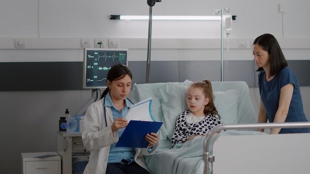 Zieke patiënt die een zuurstofneusbuis draagt die in bed rust en herstelt na een medische ingreep bij ziekte