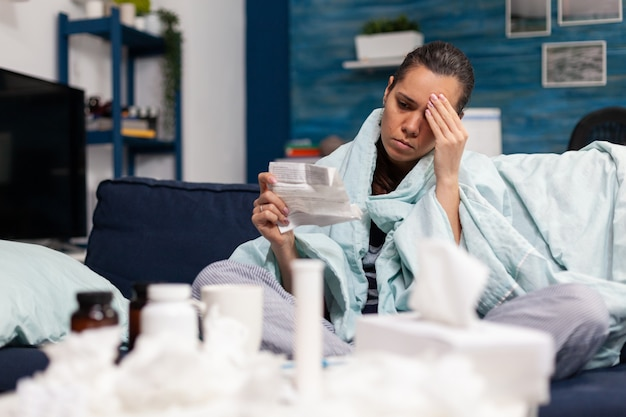 Zieke persoon met farmaceutisch recept van arts als behandeling van ziekte ziekte caucasia...