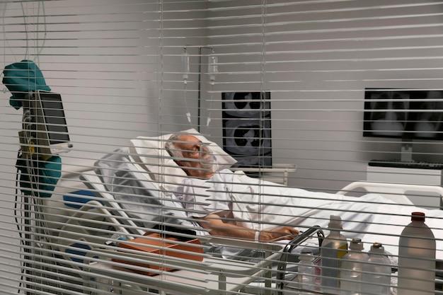 Zieke senior man die in bed blijft