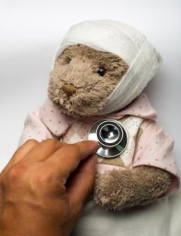 Zieke teddybeer in bed