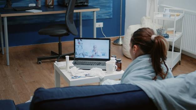Zieke volwassene die medisch overleg heeft met arts tijdens videogesprek