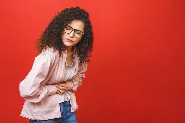 Zieke vrouw die buikpijn, buik in zwart-wit hebben, het concept van periodekrampen.