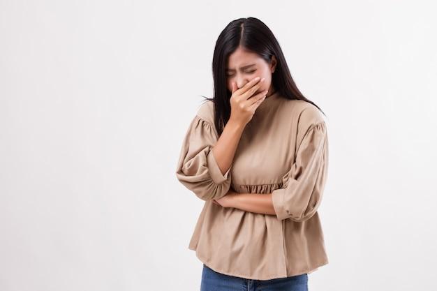 Zieke vrouw die hoest, verkouden wordt, griep, allergie