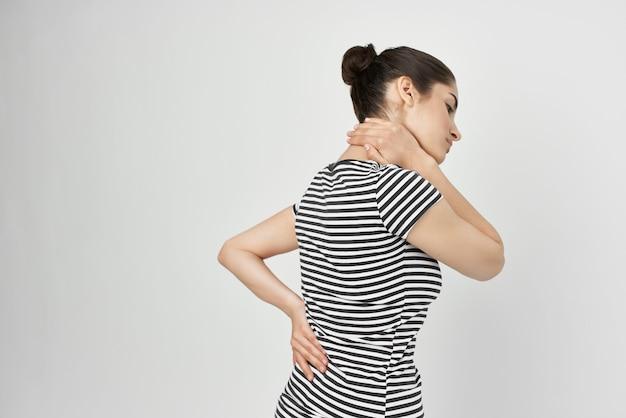 Zieke vrouw die zijn hoofd vasthoudt migraine depressie gezondheidsproblemen