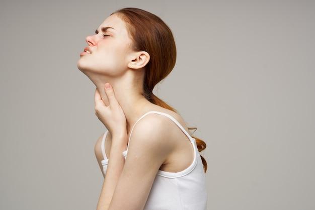 Zieke vrouw medisch gezichtsmasker koude lichte achtergrond
