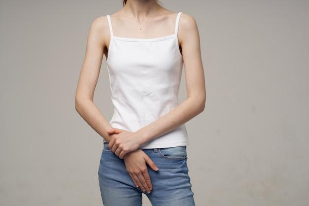 Zieke vrouw menstruatie gezondheidsproblemen gynaecologie lichte achtergrond
