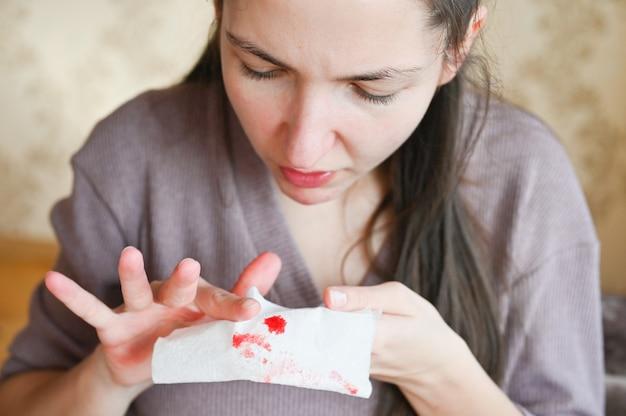 Zieke vrouw met bloedige weefsel. hoest met bloed.infectieziekte slachtoffer. zieke persoon met dodelijke luchtwegaandoeningen.