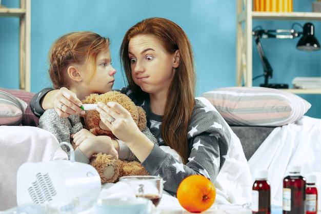 Zieke vrouw met dochter thuis. thuisbehandeling. medische gezondheidszorg.