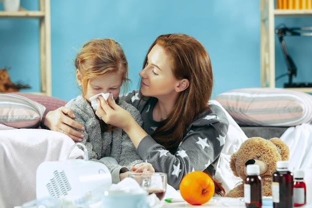 Zieke vrouw met dochter thuis. thuisbehandeling. vechten met een ziekte. medische gezondheidszorg. familieleden