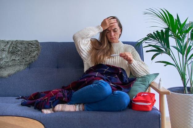 Zieke vrouw met hoge koorts en hoofdpijn