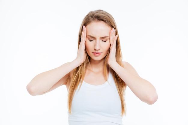 Zieke vrouw met hoofdpijn geïsoleerd op een witte achtergrond
