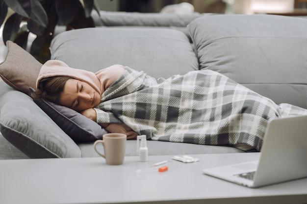 Zieke vrouw met hoofdpijn om thuis te zitten