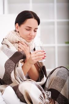 Zieke vrouw met thermometer. griep. vrouw gevangen koud