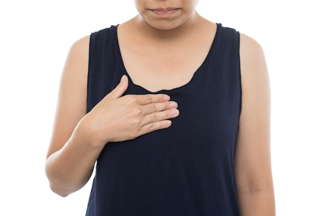 Zieke vrouw met zure terugvloeiing, vrouw die aan maagzuur op witte achtergrond lijdt