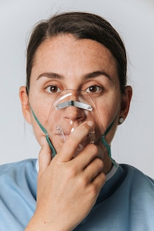 Zieke vrouwelijke patiënt met een zuurstofmasker