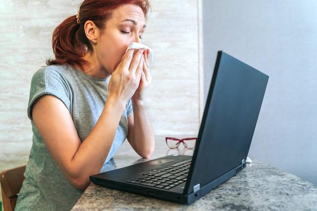Zieke vrouwenzitting bij bureau met laptop van huisbureau