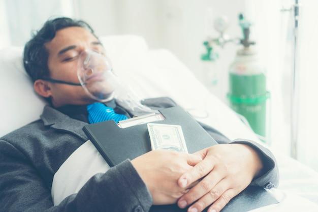 Zieke zakenman moet nog steeds alleen werken. bedrijfsconcept, hard werken