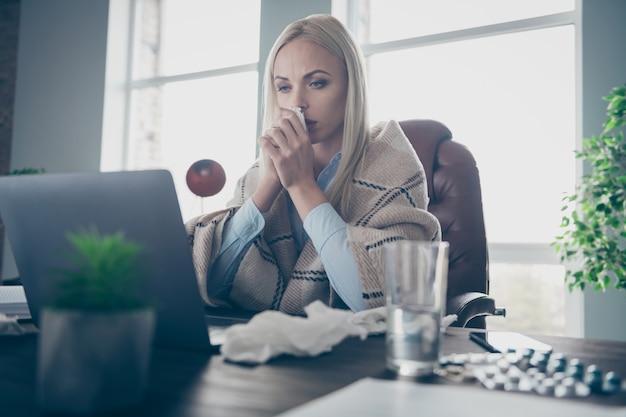 Zieke zakenvrouw kijk notitieboekje loopneus ziekte