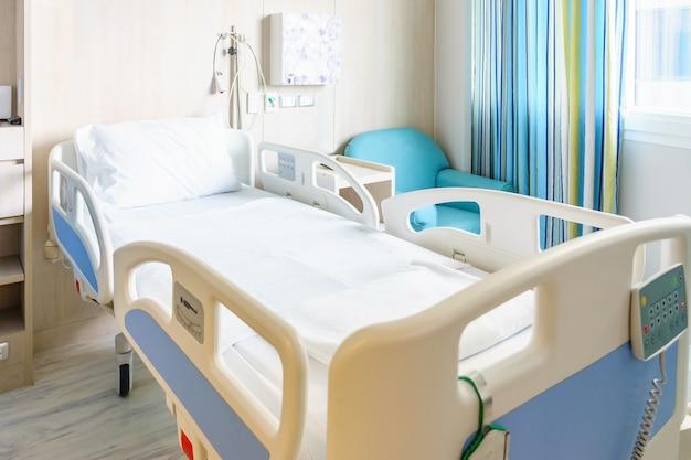 Ziekenhuis kamer met bedden en comfortabele medische uitgerust in een modern ziekenhuis