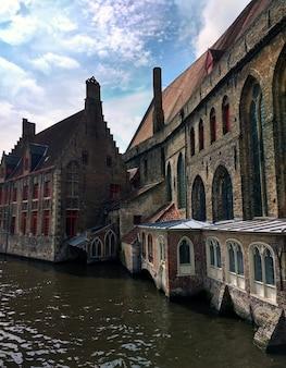 Ziekenhuis van st. john omgeven door water onder het zonlicht in brugge in belgië