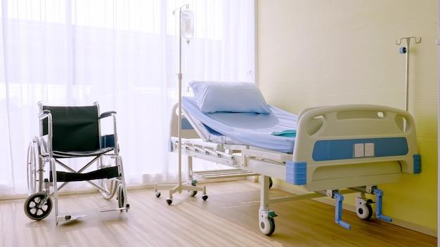 Ziekenhuisbed en rolstoel op ziekenhuis kamer.